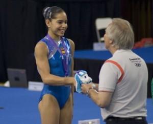 Maria Paula Vargas recibiendo la medalla de plata en salto